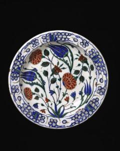 Dish with a floral decoration. Turkey, Iznik ca. 1575