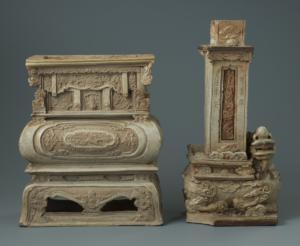 Encensoir et lampe à décor appliqué en relief et peint