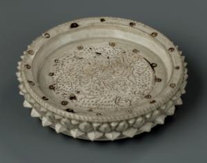 Plateau à offrande orné de pétales de lotus en relief et d'un décor incisé d'un lotus en fleur