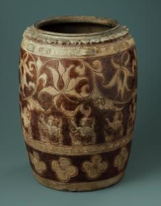 Jarre orné de pétales de lotus en relief et à décor de rinceaux de lotus, d'apsaras et fleurs de prunus